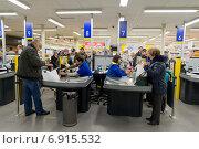 Купить «Магазин Лента в торговом комплексе ВДНХ в Москве», эксклюзивное фото № 6915532, снято 18 января 2015 г. (c) Володина Ольга / Фотобанк Лори