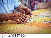 Руки пенсионера играющего в карты. Стоковое фото, фотограф Artem Kotelnikov / Фотобанк Лори