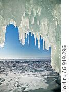Купить «Байкал. Ледяной грот на острове Ольхон. Лучи солнца играют на длинных сосульках», фото № 6919296, снято 6 марта 2011 г. (c) Виктория Катьянова / Фотобанк Лори