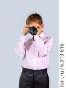 Купить «Мальчик с фотоаппаратом», фото № 6919616, снято 21 января 2015 г. (c) Дмитрий Боков / Фотобанк Лори