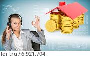 Купить «Молодая бизнес-леди в наушниках и домик из монет», фото № 6921704, снято 4 апреля 2020 г. (c) Кирилл Черезов / Фотобанк Лори