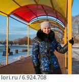 Купить «Портрет счастливой девушки зимой под навесом», эксклюзивное фото № 6924708, снято 19 января 2015 г. (c) Игорь Низов / Фотобанк Лори
