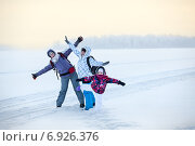 Купить «Прогулка по замерзшему озеру в сильный мороз зимой», фото № 6926376, снято 30 декабря 2014 г. (c) Кекяляйнен Андрей / Фотобанк Лори