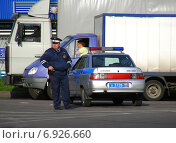 Купить «Работник ДПС около полицейской машины на Уральской улице в Москве», эксклюзивное фото № 6926660, снято 22 сентября 2009 г. (c) lana1501 / Фотобанк Лори
