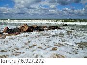 Купить «Морская пена и волнорез», фото № 6927272, снято 20 июля 2013 г. (c) Сергей Трофименко / Фотобанк Лори