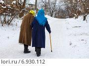 Пожилые женщины идут по заснеженной улице. Стоковое фото, фотограф Владислав Кищенко / Фотобанк Лори