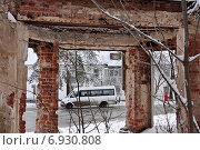 Купить «Новая Москва. Поселение Марушкинское, поселок совхоза «Крёкшино». Вид на остановку маршрутного такси через руины усадебного дома», эксклюзивное фото № 6930808, снято 25 января 2015 г. (c) Илюхина Наталья / Фотобанк Лори