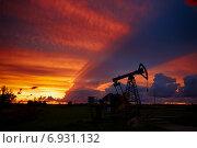 Купить «Нефтяные вышки на фоне красивого заката», фото № 6931132, снято 24 августа 2014 г. (c) Константин Тронин / Фотобанк Лори