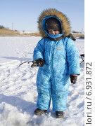 Зимняя рыбалка, мальчик в синем комбинезоне стоит с удочкой над лункой. Стоковое фото, фотограф Ivanikova Tatyana / Фотобанк Лори