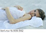 Молодая женщина лежит на песке. Стоковое фото, фотограф Evhen Marienko / Фотобанк Лори