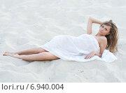 Красивая девушка лежит на песке на пляже. Стоковое фото, фотограф Evhen Marienko / Фотобанк Лори