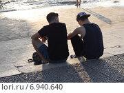 Купить «Подростки сидят на набережной», фото № 6940640, снято 26 октября 2014 г. (c) Мария Николаева / Фотобанк Лори