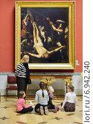 Купить «Музей «Государственный Эрмитаж» в Санкт-Петербурге. Маленькие дети слушают экскурсовода перед картиной в зале итальянской живописи», фото № 6942240, снято 25 января 2015 г. (c) Валерия Попова / Фотобанк Лори