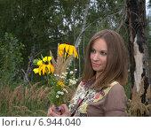 Девушка с букетом цветов в лесу. Стоковое фото, фотограф Evhen Marienko / Фотобанк Лори