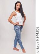Купить «Молодая женщина в джинсах и белой майке», фото № 6944808, снято 20 октября 2014 г. (c) Альбина Типляшина / Фотобанк Лори