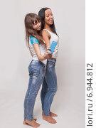 Купить «Молодая женщина и девочка фотографируются на смартфон», фото № 6944812, снято 20 октября 2014 г. (c) Альбина Типляшина / Фотобанк Лори