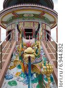 Купить «Скульптуры драконов - украшение храма Wat Thavorn Wararam в Канчанабури, Таиланд», фото № 6944832, снято 11 января 2015 г. (c) Natalya Sidorova / Фотобанк Лори