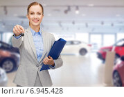 Купить «businesswoman or saleswoman giving car key», фото № 6945428, снято 19 января 2014 г. (c) Syda Productions / Фотобанк Лори