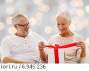 Купить «happy senior couple with gift box at home», фото № 6946236, снято 21 августа 2014 г. (c) Syda Productions / Фотобанк Лори