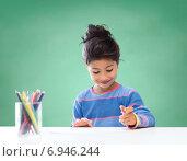 Купить «happy school girl drawing with coloring pencils», фото № 6946244, снято 25 августа 2013 г. (c) Syda Productions / Фотобанк Лори