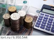 Купить «Российские рубли и калькулятор», фото № 6950544, снято 31 января 2015 г. (c) Александр Калугин / Фотобанк Лори