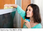 Купить «Brunette woman cleaning TV», фото № 6961316, снято 21 апреля 2019 г. (c) Яков Филимонов / Фотобанк Лори