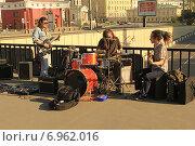 Купить «Музыканты на Старом Арбате», фото № 6962016, снято 1 мая 2014 г. (c) Алексей Сварцов / Фотобанк Лори