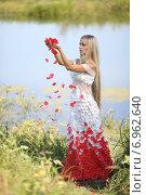 Девушка с лепестками роз. Стоковое фото, фотограф Ivanikova Tatyana / Фотобанк Лори