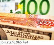 Доллары США, евро и российские рубли. Стоковое фото, фотограф Сергей Прокопенко / Фотобанк Лори