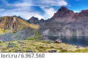 Глубокое озеро под горным пиком в Восточных Саянах. Стоковое фото, фотограф Виктор Никитин / Фотобанк Лори