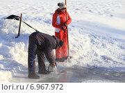Купить «Лед пилят бензопилой», эксклюзивное фото № 6967972, снято 25 января 2015 г. (c) Анатолий Матвейчук / Фотобанк Лори