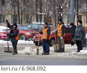 Купить «Дворники-гастарбайтеры стоят с лопатами на дороге, Первомайская улица, район Измайлово, Москва», эксклюзивное фото № 6968092, снято 25 января 2015 г. (c) lana1501 / Фотобанк Лори