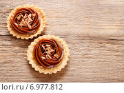 Toffee tart on wooden table. Party dessert. Стоковое фото, агентство BE&W Photo / Фотобанк Лори