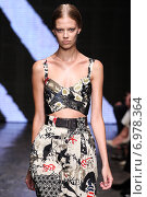 NEW YORK, NY - SEPTEMBER 08: Model walk the runway at Donna Karan New York during MBFW Spring 2015 at 547 West 26th Street on September 8, 2014 in NYC. Редакционное фото, фотограф Anton Oparin / Фотобанк Лори