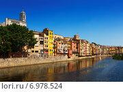 Купить «picturesque houses on river bank of Onyar in Girona», фото № 6978524, снято 12 июня 2014 г. (c) Яков Филимонов / Фотобанк Лори