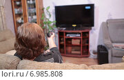 Купить «Женщина на диване переключает каналы телевизора, домашняя комната», видеоролик № 6985808, снято 11 января 2015 г. (c) Кекяляйнен Андрей / Фотобанк Лори