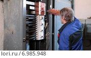Купить «Электрик в униформе на работе, электрическая панель с выключателями», видеоролик № 6985948, снято 10 января 2015 г. (c) Кекяляйнен Андрей / Фотобанк Лори