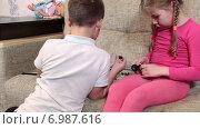 Купить «Брат и сестра дошкольного возраста играют в конструктор на диване», видеоролик № 6987616, снято 12 января 2015 г. (c) Кекяляйнен Андрей / Фотобанк Лори