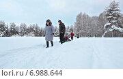 Дети с родителями идут по зимнему парку с горки для катания на ватрушках и санках. Сегежа, Карелия. Стоковое видео, видеограф Кекяляйнен Андрей / Фотобанк Лори