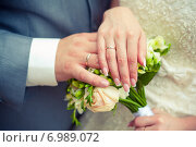 Купить «Две руки с обручальными кольцами», фото № 6989072, снято 23 июля 2013 г. (c) Михаил Смиров / Фотобанк Лори