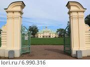 Ворота в парк Большого Меншиковского дворца в Ораниенбауме (2014 год). Редакционное фото, фотограф Андрей Мсхалая / Фотобанк Лори