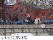 Купить «Очередь в отдел виз посольства Швейцарии. Пречистенская набережная,  31/7. Москва», эксклюзивное фото № 6992292, снято 3 марта 2009 г. (c) lana1501 / Фотобанк Лори