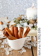 Купить «Cinnamon sticks in christmas festive setting», фото № 6992696, снято 18 августа 2018 г. (c) BE&W Photo / Фотобанк Лори