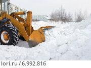 Купить «Бульдозер расчищает снежные заносы», фото № 6992816, снято 9 февраля 2015 г. (c) Икан Леонид / Фотобанк Лори