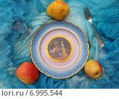 Купить «Тарелка с яблоками и грушей на голубой ткани», фото № 6995544, снято 3 мая 2014 г. (c) Светлана Голубкова / Фотобанк Лори