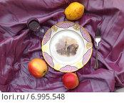 Купить «Тарелка с яблоками виноградом на сиреневой ткани», фото № 6995548, снято 3 мая 2014 г. (c) Светлана Голубкова / Фотобанк Лори