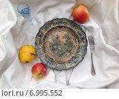 Купить «Тарелка с яблоками и грушей на белой ткани», фото № 6995552, снято 3 мая 2014 г. (c) Светлана Голубкова / Фотобанк Лори