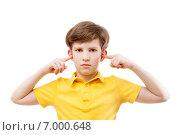 Купить «Мальчик заткнул уши пальцами», фото № 7000648, снято 7 февраля 2015 г. (c) Юлия Кузнецова / Фотобанк Лори