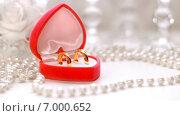 Купить «Свадебная композиция с обручальными кольцами», фото № 7000652, снято 24 июля 2014 г. (c) Виктор Топорков / Фотобанк Лори