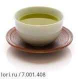 Японский зеленый чай в фарфоровой кружке на деревянном блюдце на белом фоне (2014 год). Стоковое фото, фотограф Алексей Копытько / Фотобанк Лори